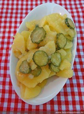 Ich hoffe, meine Oma Marie schaut jetzt mal weg. Hier gibt's heute den Kartoffelsalat mit Cornichons nach Johann Lafer / Der große Lafer. Das erste Lafer-Rezept überhaupt im Blog! Die liebe M…