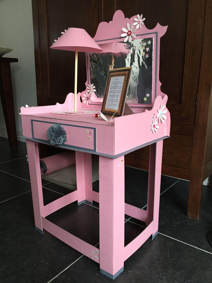 Roze kaptafeltje met een lampje.