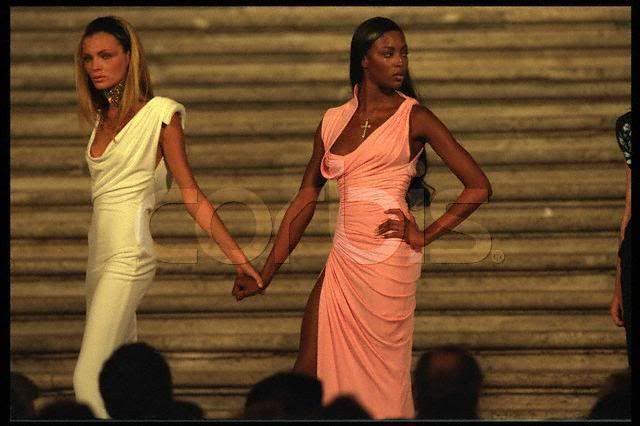esther cañadas naomi campbell versace 1997 donna sotto le stelle