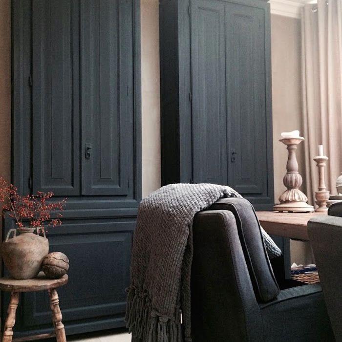 Hoge slanke kasten benadrukken de hoogte van de kamer www.dewemelaer.nl