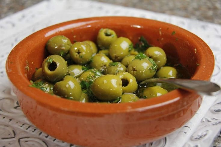 Een recept voor heerlijke gemarineerde olijven. Lekker voor bij de Tapas