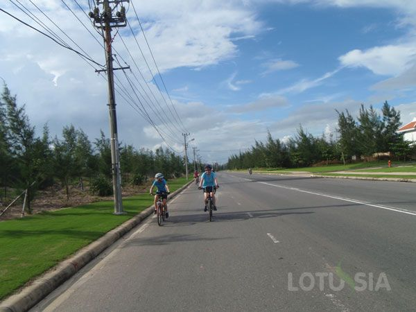 The 3-day cycling tour is an easy bicycle tour Lotussia Travel customizes to the Vietnam mekong Delta. Mekong Delta Bicycle Tour,The cycling tour takes you to such places as Cai Be, Vinh Long, An Binh island, Long Xuyen, Sa Dec, Chau Doc. You bike through back roads, local farming villages, fruit gardens and markets on the road side. Start your family adventure from Ho Chi Minh city (Saigon) and end it up in Chau Doc where you may cross the Vietnam-