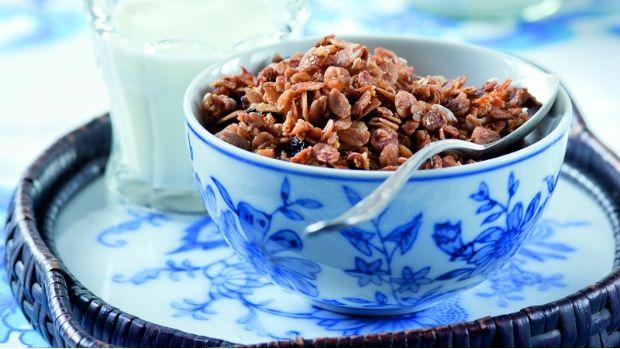 Křupavé vločkové müsli je oblíbená rychlá snídaně. Nabídka v obchodech je sice široká, ale není nad vlastnoručně vyrobenou granolu, do které si namícháte jen to, co máte rádi. Navíc v kvalitě, kterou si můžete ohlídat.