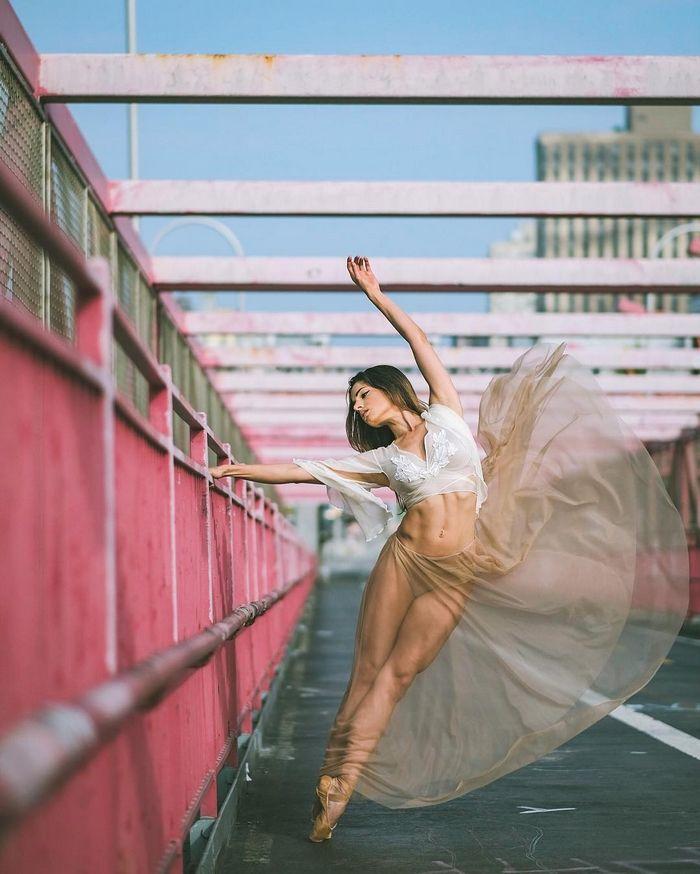 Imponentes retratos de bailarines de ballet practicando en las calles de Nueva…