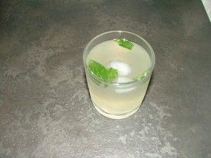 Cocktail Mojito cubain Ingrédients : 8 à 10 feuilles de menthe 2 c à café de sucre roux 1/2 citron vert 4 cl de rhum blanc 12 cl d'eau gazeuse (Périers) Glaçons pilés Préparation : Mettez la menthe puis le sucre dans le fond d'un verre. Ecrasez le tout...