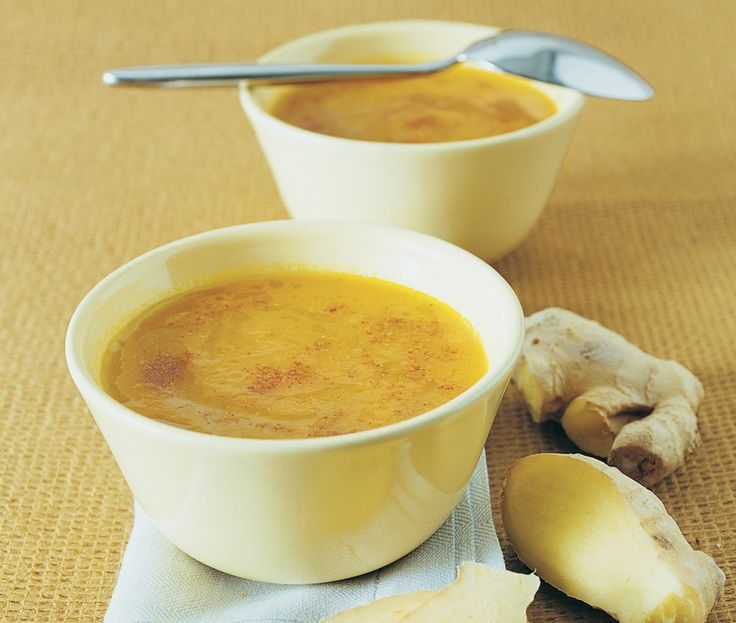 ZUPPA DI CAROTE E ZENZERO In un tegame a bordi alti fate appassire una cipolla tritata e delo zenzero in due cucchiai d'olio. Aggiungete un kg di carote a rondelle, versate un litro di brodo e portate a cottura per 15/20 minuti. Frullate il composto, versatelo in una casseruola, fate scaldare, regolate il sale. Prima di servire a tavola aggiungete alcuni grani di coriandolo e un pizzico di peperoncino.