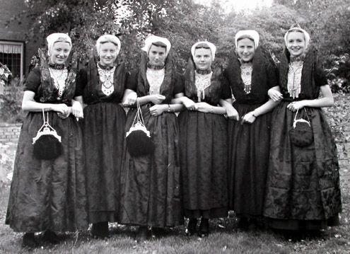 Vrouwen uit het Land van Axel in hun zondagse kostuum, 1951 (ZB/Beeldbank Zeeland) #Zeeland #Axel