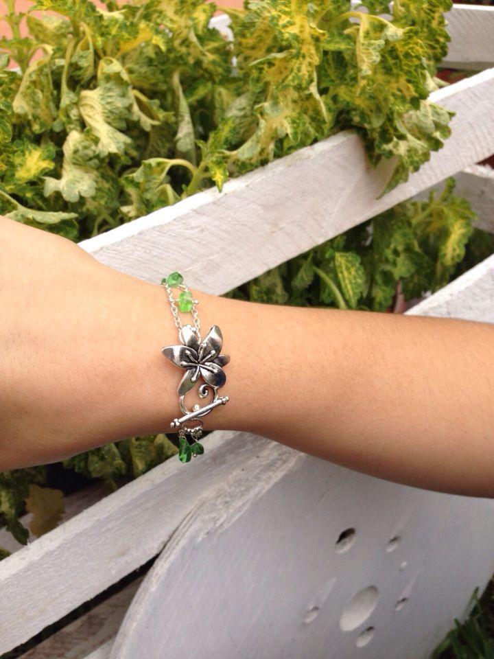 Pulsera verde, broche de flor