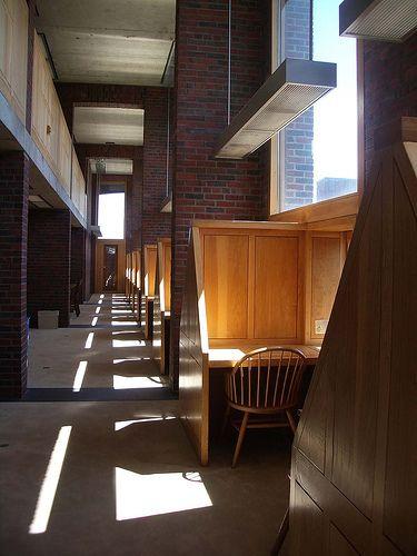 louis kahn - 机や椅子と構造体の存在が同一のものとなっている。スケール感が素晴らしい。
