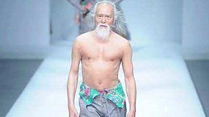 A 80 anni sfila per la moda cinese Wang Deshun è il nonno più sexy