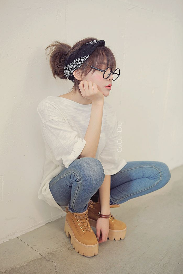 Starting to see how Asian girls pull off normcore. I guess it's all in the shoes and accessories?