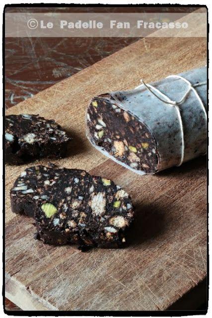 Le padelle fan fracasso: IL SALAME AL CIOCCOLATO 130 g. di biscotti secchi 50 g. di cacao amaro 80 g. di zucchero semolato 80 g. di burro 50 g. di mandorle intere non spellate 25 g. di pistacchi 50 g. di cioccolato fondente Cuore di cacao al 75% Venchi 1 uovo medio 1/2 bicchierino di liquore Strega