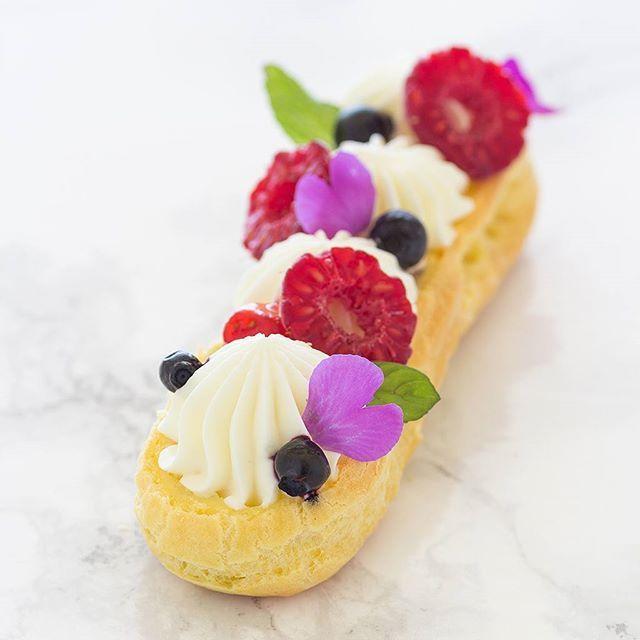 ¿Buscas un reto gastronómico para este finde? 👉👉 Eclair con frutos rojos y crema de chocolate blanco. ❤️