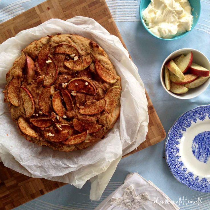 Det kan godt være, det ikke helt er efterår endnu, men jeg tog hul på æblekagebagningen i går. Vega og jeg havde været nede og hilse på mine dygtige madbloggerkolleger, som havde bagt kager til et ...