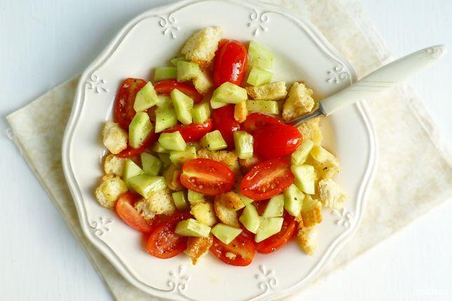 Панцанелла - итальянский, а если быть точнее, тосканский овощной салат, в который входят свежие помидоры, оливковое масло и размоченные в винном уксусе сухарики.…