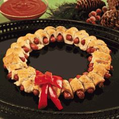 25 Christmas Appetizer Recipes (Fun Food Ideas) Love this edible wreath for a Christmas Party! Such an easy recipe idea and super cute! Pigs in a blanket wreath