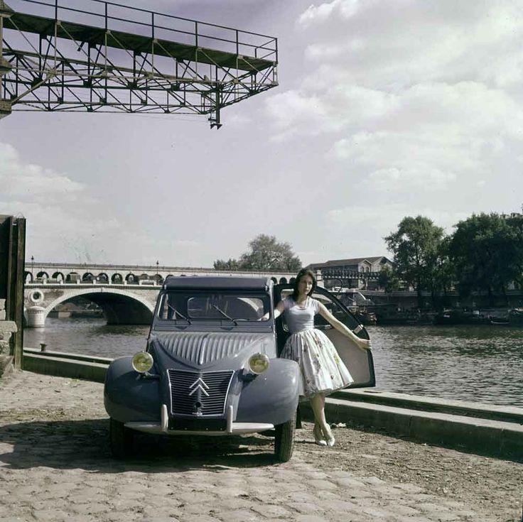 Ηλικία : 60 ετώνΤόπος/οι Γέννησης: Γραφείο μελετών Citroën (εκείνη την εποχή στην Rue du Theatre στο Παρίσι), κέντρο δοκιμών La Ferte Vidame (Eure-et-Loire) και παραγωγή στο εργοστάσιο του Levallois (Quai Michelet 54 που καταστράφηκε το 1988).  Ατομικά χαρακτηριστικά: 2κύλινδρος επίπεδος κινητήρας, αερόψυκτος, 375κ.εκ., με ανώτατη ταχύτητα 60χαω, κιβώτιο 3 σχέσεων και μία overdrive, μεγάλη απόσταση από το έδαφος και μεταξύ των υπόλοιπων ευχάριστων λεπτομερειών, καθαριστήρες που έπαιρναν ...