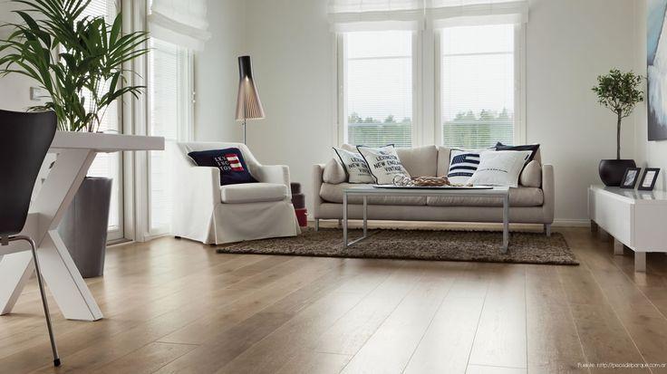 Los pisos melamínicos suelen imitar la madera. Son listones encastrables con una imagen (de mayor o menor calidad) que evoca a la madera. Sobre esa imagen, una capa plástica la recubre para que no se deteriore con el tránsito. Son revestimientos mucho más económicos que los de madera.