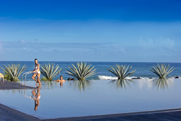 This spectacular adults-only Zen pool is perched on the edge of the Indian Ocean; the perfect place for a refreshing dip. Island palms line the sparkling waters, all under the warmth of the Mauritian sun.