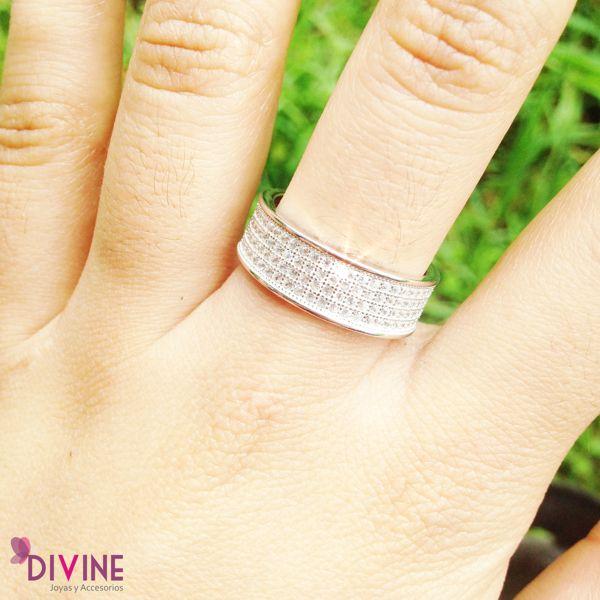 Los accesorios sencillos son los que más belleza le aportan a tu estilo. Noche de estrellas es una anillo lleno de belleza y sencillez. Una joya que desborda elegancia y estilo. Precio: $50.600