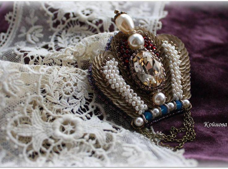 Брошка корона ) Подготовка к весне продолжается ;) #питер #владимирскийпассаж #брошка #брошь #вышивка #broochhandmade  #brooch #beads #swarovski