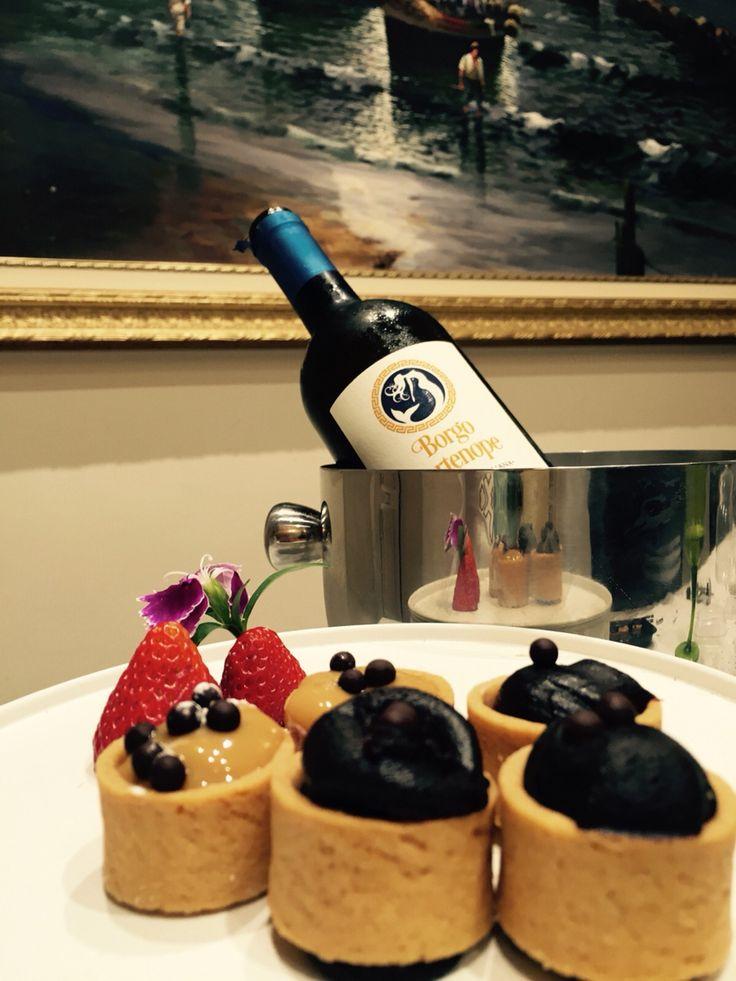 Fragole e cestini ripieni di caramello e fondente accompagnato da un Vermentino Chardonnay Toscano Borgo Partenope ghiacciato