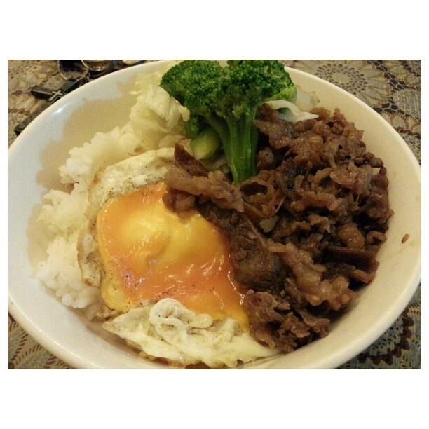 昨日の残りで#ランチ #焼肉#目玉焼き#野菜 #yakiniku#sunnysideup#vegetable for #lunch #yummy#japanese#food#philippines#フィリピン