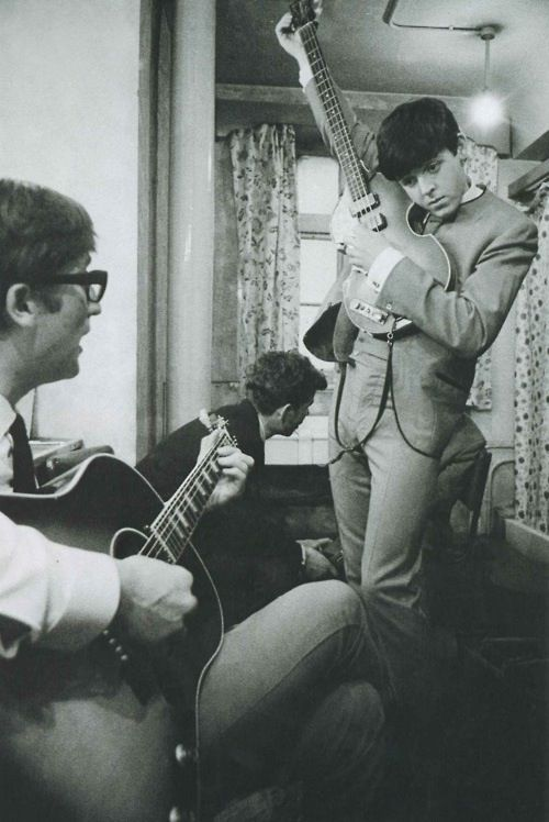 John Lennon & Paul McCartney. What the heck with this adorableness! Goodness I love Paul here.