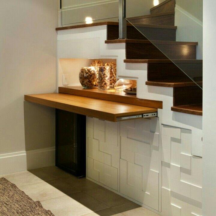 Mesa retrátil sob a escada, vira aparador ou mesa de jantar.