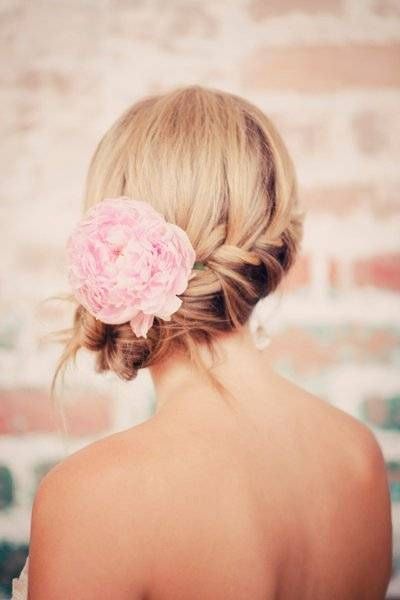 Peinado de Novia cabello recogido en trenza con flor