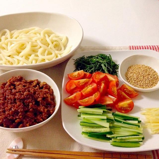 茹で上げたうどんを肉味噌と薬味を好みで混ぜ混ぜしていただきます!手早くできるのにとてもおいしいし、お野菜も取れて良いです! - 17件のもぐもぐ - 肉味噌うどん(薬味は大葉、ミニトマト、きゅうり、生姜、胡麻) by accachan096Y1