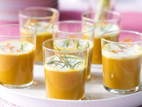Wortelsoepje met kokosschuim - Libelle L500 g jonge wortelen 1 l kippenbouillon 2 dl kokosroom (ongezoet) 20 g verse gember 2 sjalotten 2 el zonnebloemolie 1 el kerriepoeder zout en peper 1 limoen (sap van) 1 lente-ui (in fijne ringetjes -frituren) 1 wortel (in fijne sliertjes-frituren) !