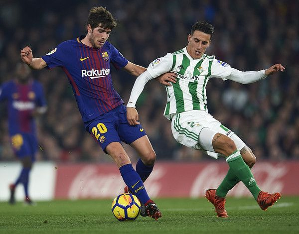 Sergio Roberto of FC Barcelona (L) competes for the ball with Cristian Tello of Real Betis Balompie (R) the La Liga match between Real Betis and Barcelona at Estadio Benito Villamarin on January 21, 2018 in Seville, . - 49 of 81