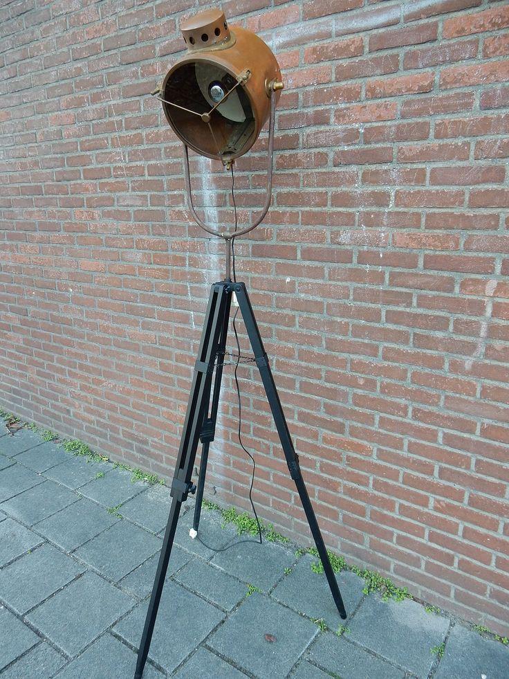 Vintage loft spot, een nautisch statief schijnwerper, staande vloerlamp. Past in zowel een landelijk, industrieel, brocant of ieder ander soort interieur. Doorsnede van de koperen lamp is ongeveer 30 cm. VERKOCHT