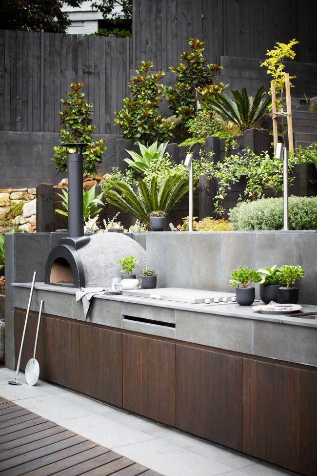 Кухня с печью и бетонной столешницей, устойчивая к неожиданным капризам погоды
