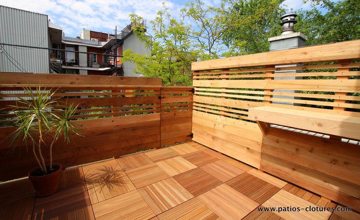 Terrasse sur le toit à Montréal conçue pour un maximum d'intimité sans diminuer la lumière. Le plancher de cette terrasse est en dalles de bois Balau.