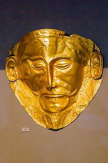 Maschera funebre di Agamennone, ca 1600-1500, lamina  d'oro, museo Archeologico di Atene. A causa della datazione risalente a ben prima degli avvenimenti omerici, è probabile che la maschera non appartenga al celeberrimo re degli Achei.