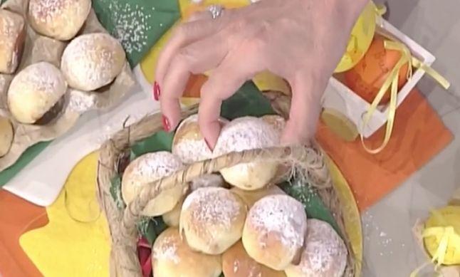Tra le ricette dolci La prova del cuoco oggi 10 aprile 2017 ovetti ripieni di crema di Natalia Cattellani, i panini dolci