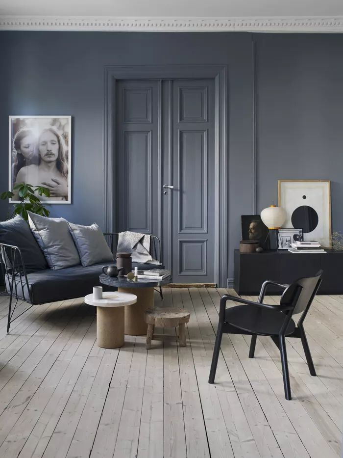 Kunskapstavlan likes! - Blue walls and a matching blu door. These dark colors really bring out the beautiful light wooden floor - Scandinavian interior
