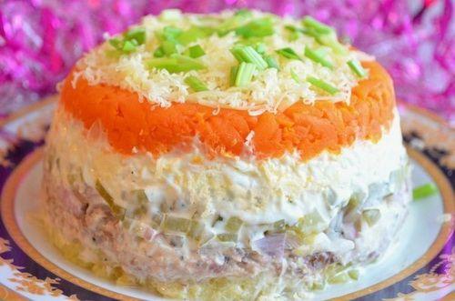 Салат из горбуши с маринованными огурчиками
