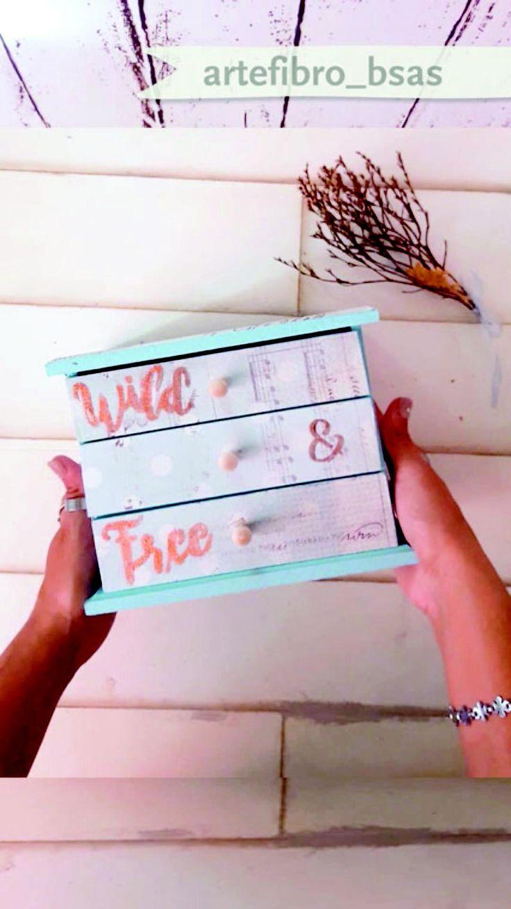 DIY fácil Tutorial: Decora un mueblecito con decoupage y aprende la técnica de aplicado de foil con stencil. #tutorial #diy #artefibro #decoupage #foil #stencil #manualidades Decoupage Tutorial, Decoupage Box, Cd Diy, Diy Plaster, Wood Storage Box, Decoupage Furniture, Wooden Projects, Colored Paper, Scrapbook Albums