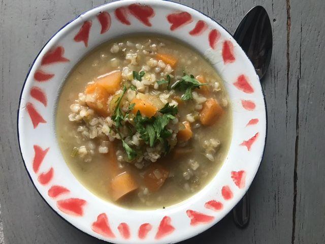 Dit gerecht houdt het midden tussen een vegetarische stoof en groentesoep. Hoofdgerecht 2-3 personen: