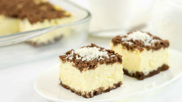 Королевский творожный пирог.  Многим наверное знакомо блюдо, под названием королевский пирог или королевская ватрушка. Обычно у него посредине простая творожная начинка, а сверху и снизу песочное тесто, натертое на терке. Так вот сегодня я представляю Вам улучшенный вариант этого творожного блюда — королевский творожный пирог. Получившийся пирог вышел неимоверно вкусным, это не просто какая-то там ватрушка, это именно королевский пирог. Результатом я довольна неимоверно!