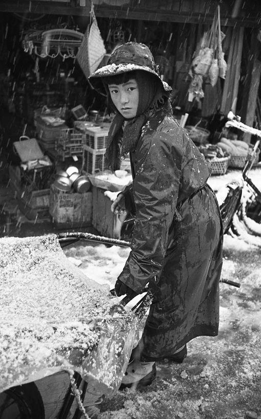 Amagappa no shoujo 雨合羽の少女 (Raincoat girl) - Japan - March 1956 大豆生田