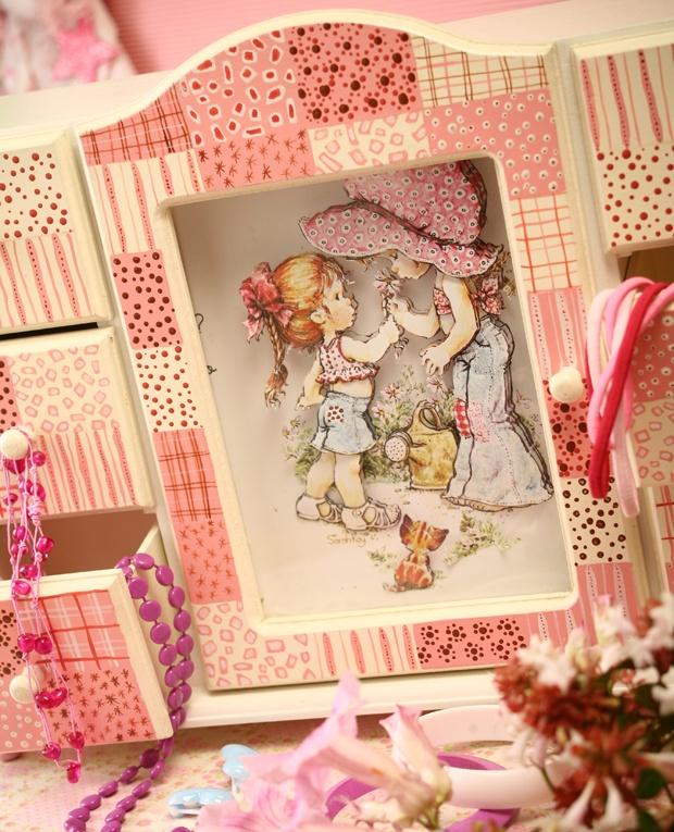 Mejores amigas.  Roperito en miniatura con motivo de Sarah Kay, para llenar de color y ternura una habitación femenina. Sigue leyendo en nuestro blog www.eviediciones.com/blog