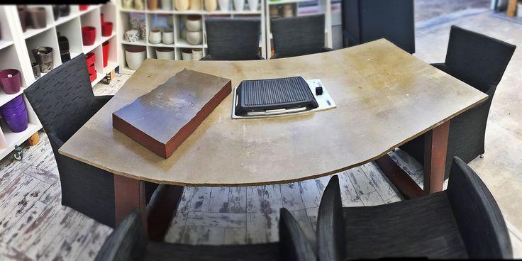 Este es nuestro último invento una mesa en la que puedes cocinar!!! Realizada con hierro galvanizado (pies) y panel de VIROC tratatdo para que lo puedas limpiar fácilmente. Os mostratmos todo el proceso