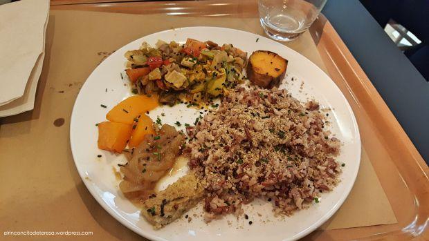 Arroz con varios ingredientes de la dieta macrobiótica. En el restaurante 2Y en Barcelona.