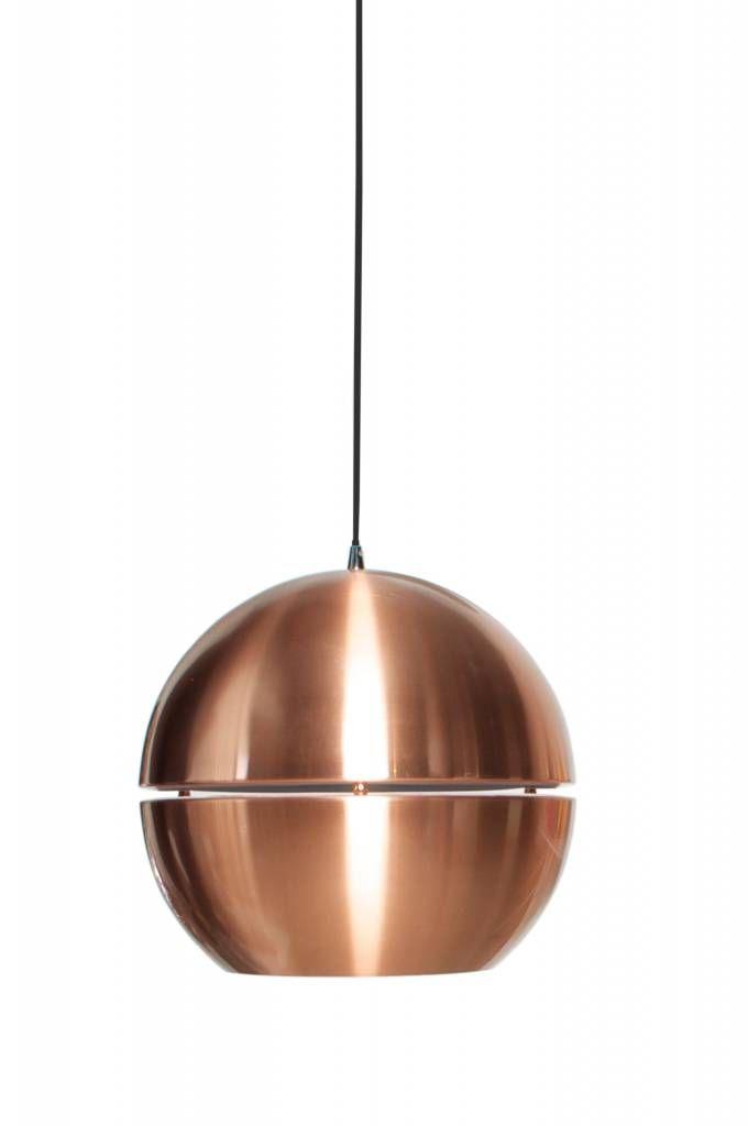 Deze retro hanglamp uit de jaren 70 van Zuiver is een echte blikvanger in elk interieur. Niet alleen is hij door zijn koperen kleur enorm is, maar door de opening in het midden van de bol zorgt ze ook nog eens voor een speciaal lichteffect.