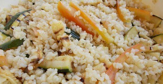 Insalata fredda di bulgur, pomodori e zucchine grigliate