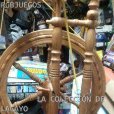 Antiguo rueca de hilar hilandera de pedal en madera mide 104 cmts. de alta la rueda 37
